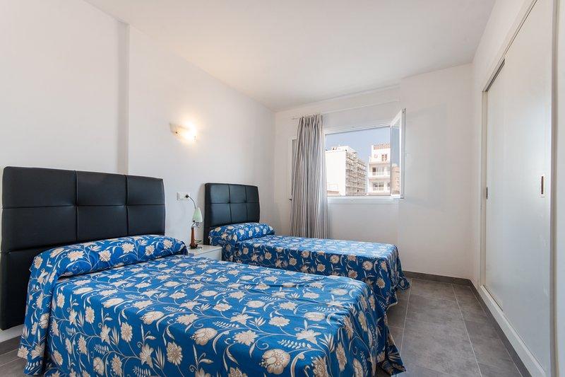 ROOM (2 single beds 90 cm x 180 cm)