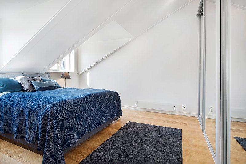 Main spacious bedroom with queensize bed