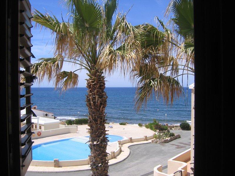 Chambre 1, en particulier, a une vue imprenable sur la piscine et la mer.