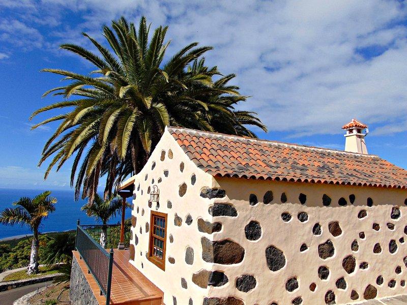 Casa Mágica con impresionante terraza con vistas al mar. Un horizonte único., aluguéis de temporada em Tijarafe