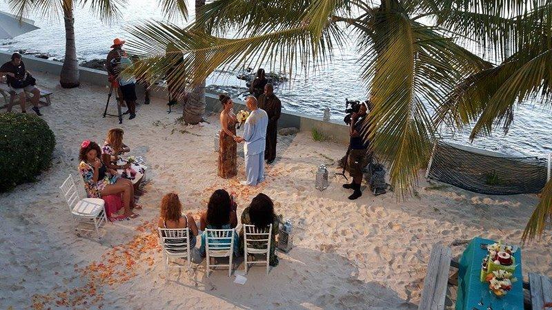 Kijken naar een TV bruiloft gefilmd vanaf het balkon van Blue Lagoon