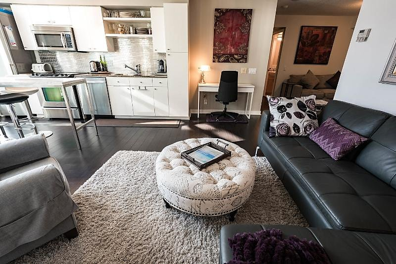 Bright and Spacious 1 Bedroom Condo in the Entertainment District. Easy access to TTC and Highway