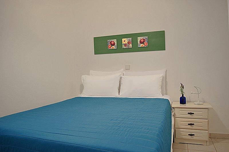 Separates Schlafzimmer mit Doppelbett-Holiday Beach Apartment in Kiveri Dorf in der Nähe Nafplion