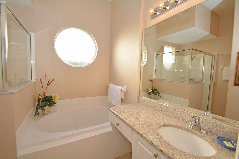 Master bedroom 1 en-suite bathroom