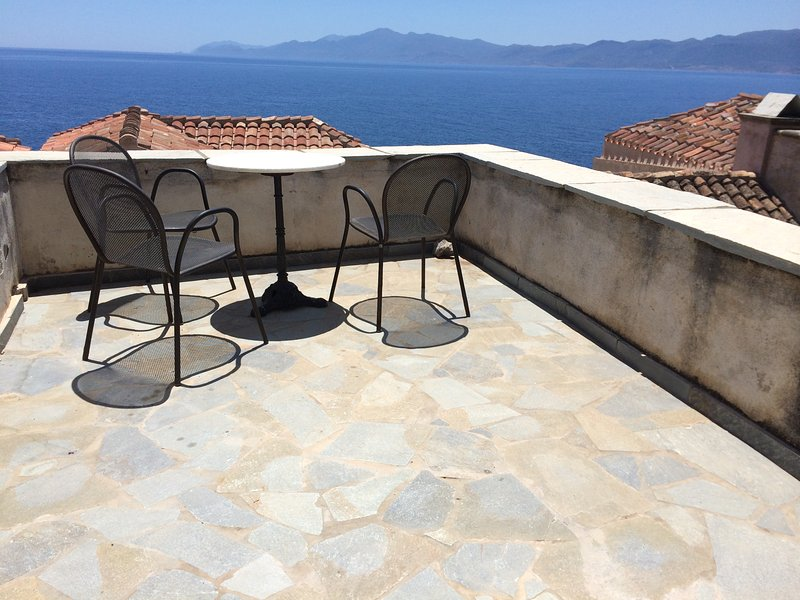 Traditional 3BR house in the medieval town of Monemvasia, location de vacances à Velanidia