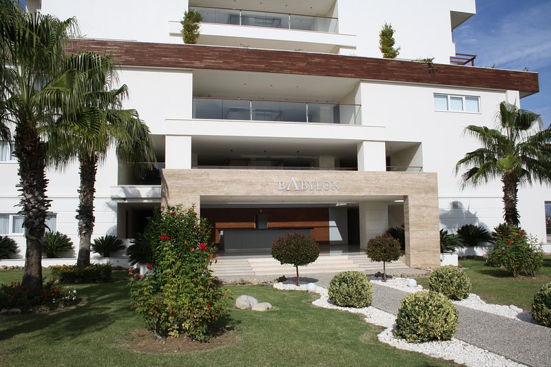 Babylon - luxury 1 bedroom apartment, holiday rental in Karacalli