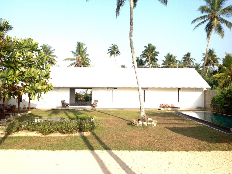 Elegant luxury, and barefoot bliss on an almost private beach, location de vacances à Galle District