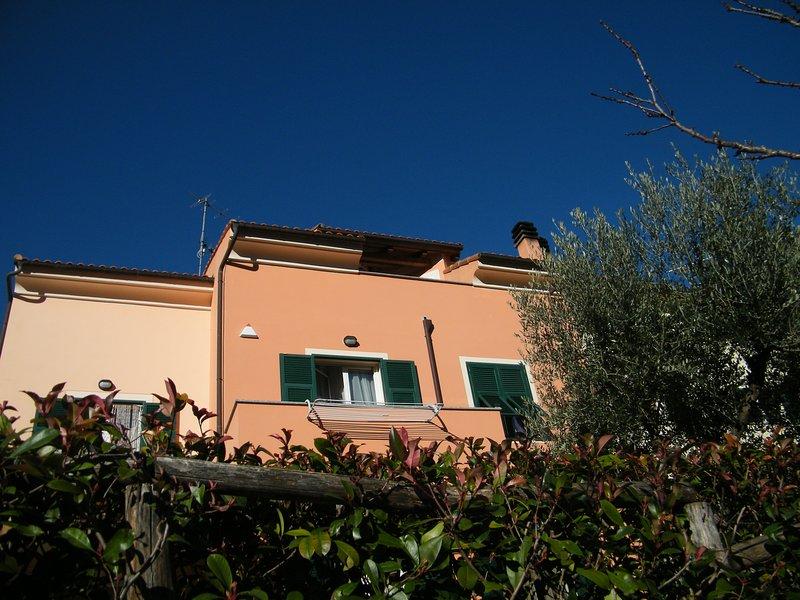 Alloggio nuovissimo in splendida posizione a pochi km dal mare, vacation rental in Borghetto Santo Spirito