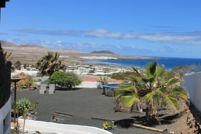 Garden apartment with private garden and stunning sea views of Famara beach, vacation rental in Los Valles