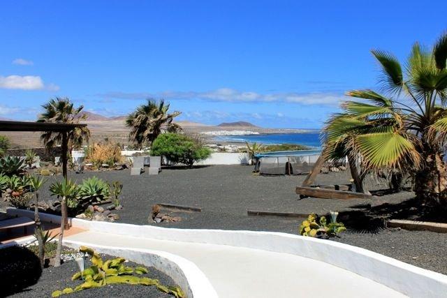 Garden apartment with private garden and stunning sea views of Famara beach, aluguéis de temporada em Famara