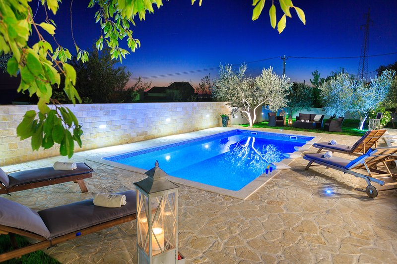 New villa with pool/heated! Villa Mediterraneo, location de vacances à Kastel Sucurac