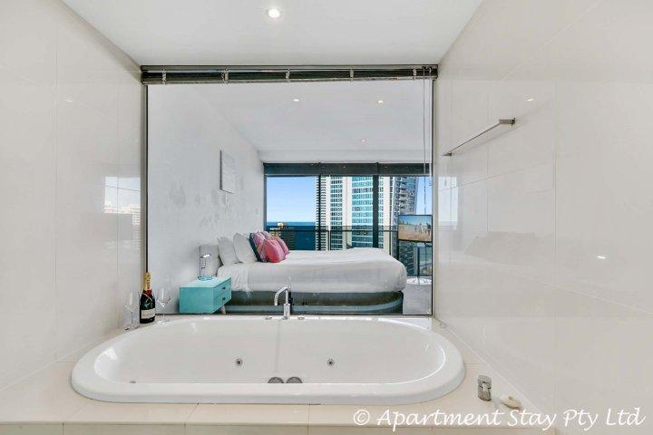 Luxe ensuite, droom diepe spa-bad met een prachtig uitzicht.