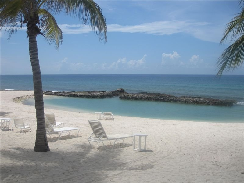 YOU'VE Arrived! Beachfront 3BR condo w/ Pool-Relax... North Side near Rum Point, location de vacances à Gun Bay