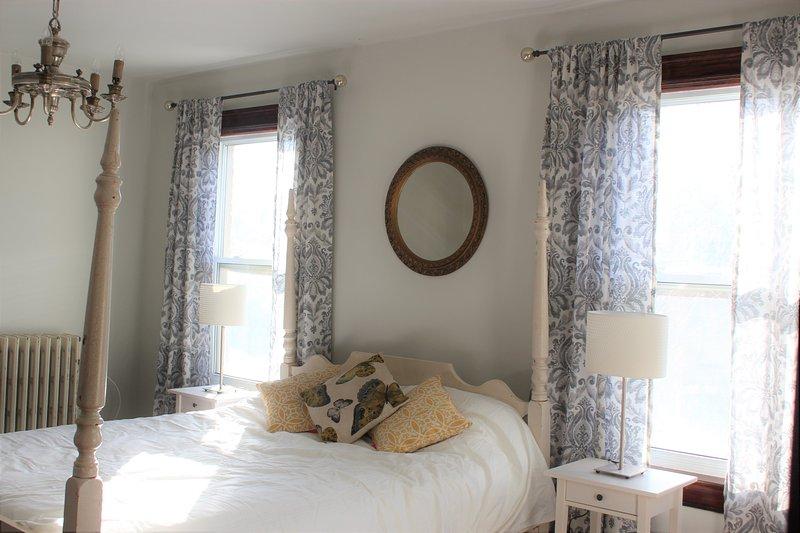 Sunny Antique Master Bedroom - Queen