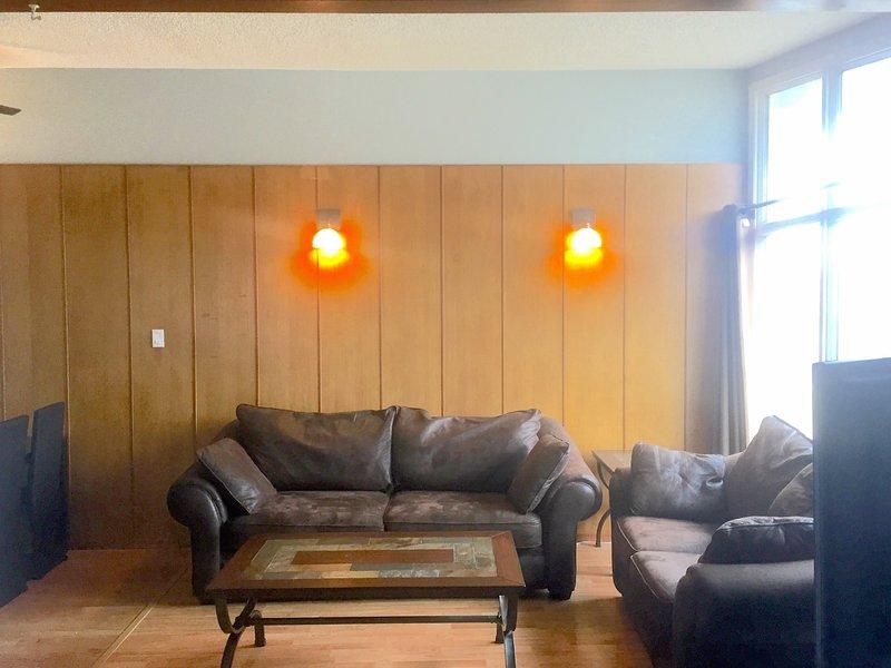 Sala de estar con paneles de madera clásica