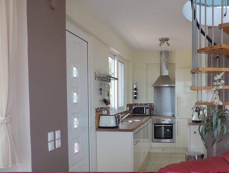 cocina cocina con horno de tamaño completo y cocina y un lavavajillas integrado,