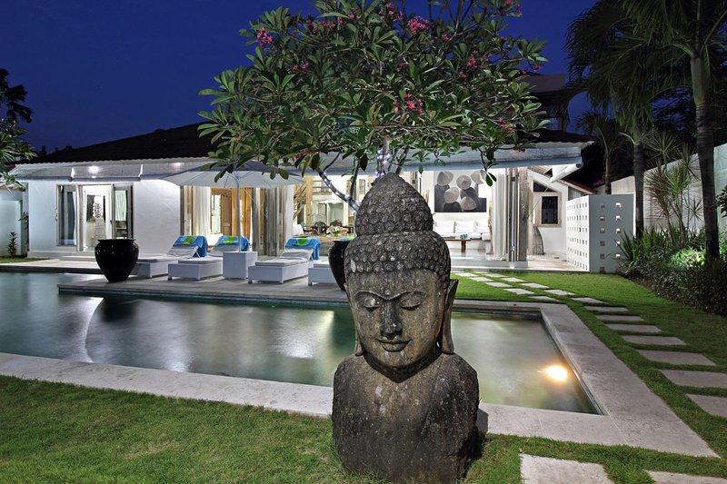 Villa exterior y piscina de noche