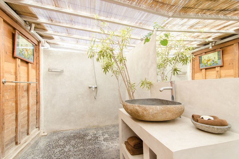 salle de bains semi-extérieure avec la lumière du soleil