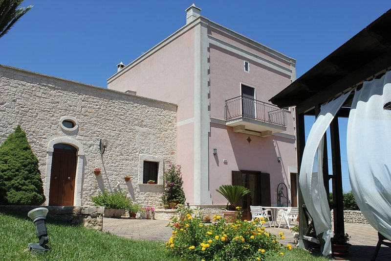 Spacious Villa for 12 guests in six bedrooms in Monopoli's Countryside, holiday rental in Cozzana