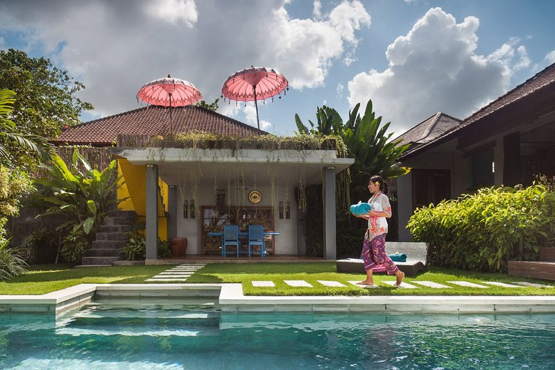 villa de la piscina y el exterior