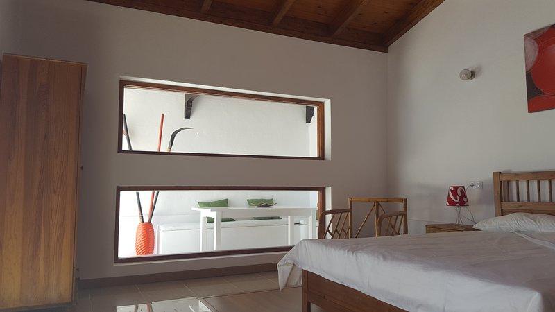 Habitación muy luminosa con cortinas opcionales.
