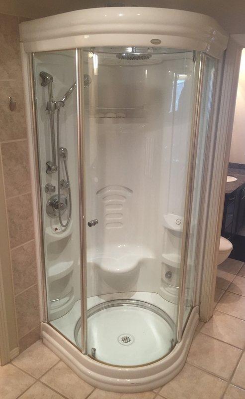La cabina de ducha proporciona un masaje de agua, lluvia y ducha de vapor estimulante.