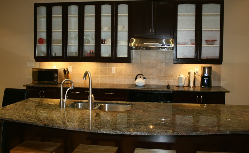 Amplia cocina totalmente equipada con granito remató la isla masiva.