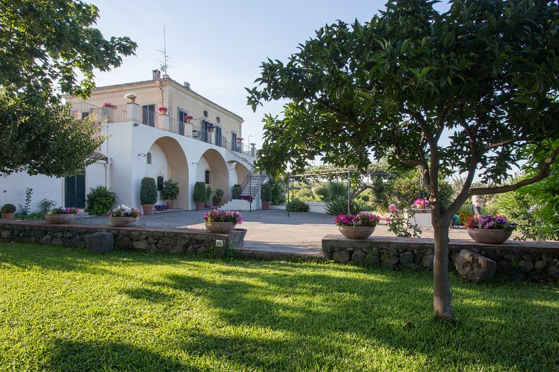 Exclusive Villa with pool, stunning sea and Etna view near Catania/Taormina, vacation rental in San Leonardello