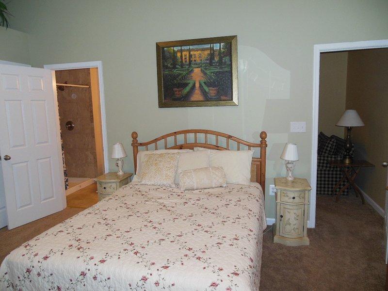 dormitorio principal con techo de 16 pies y una hermosa vista de la pradera