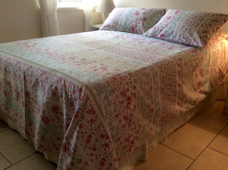 HIBISCUS ROOM  Comfortable single or double occupancy.  Private bath, fridge, kettle, secure, wifi