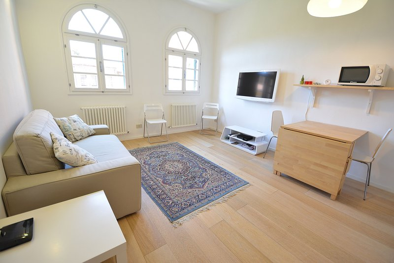Sunny apartment, with balcony, just fully restored, quiet area, air conditioning, Internet Wi-Fi