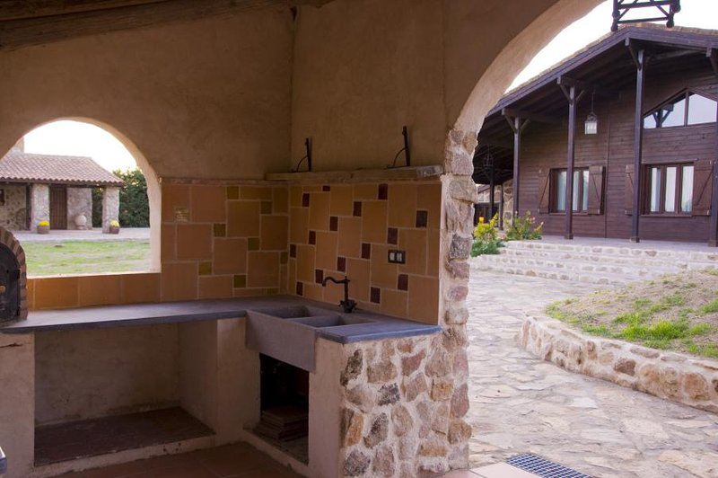 Traditional oven and barbecue area. Great area for outdoor table
