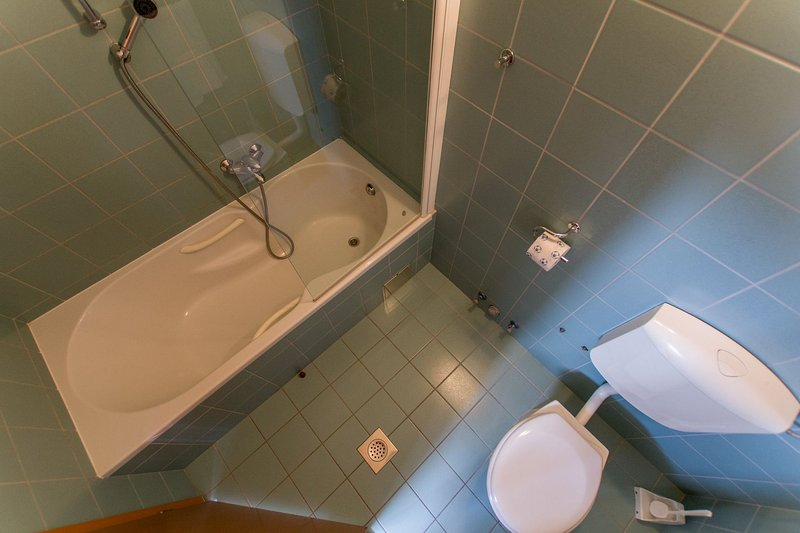 A4(4+2): bathroom with toilet