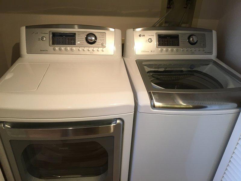 Waschmaschine und Trockner.