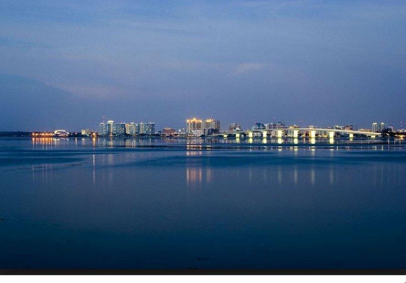 Nächtliche Ansicht der Innenstadt von Sarasota.