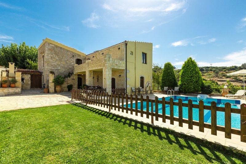 Villa Satra - Traditional Villa with 4 Bedrooms, Fenced Pool and Amazing Gardens, alquiler vacacional en Rethymnon