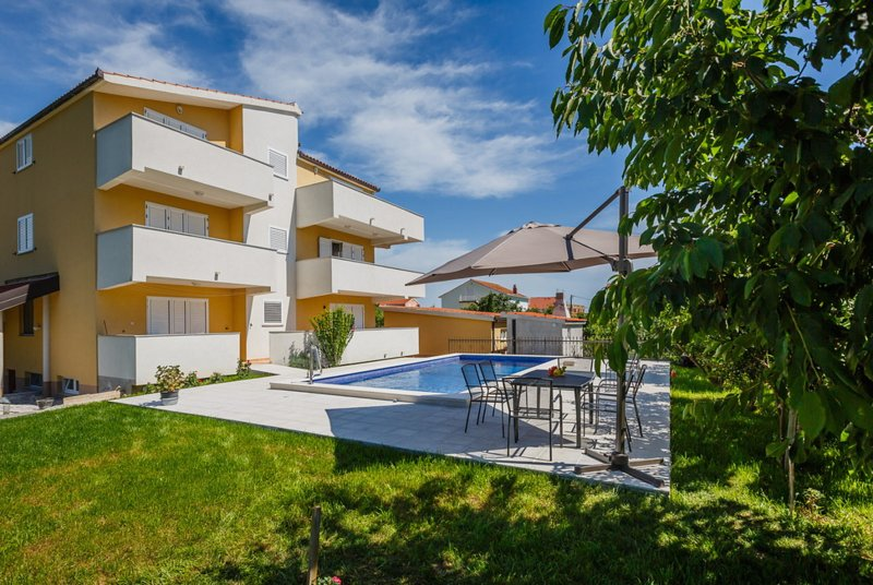 Large Apartments with Pool for 14 pax in Kastela near Split, vacation rental in Kastel Novi