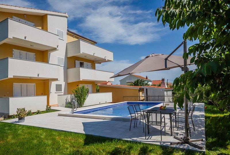 3BR Apt with Pool and 3 terraces in Kastela - I, vacation rental in Kastel Novi