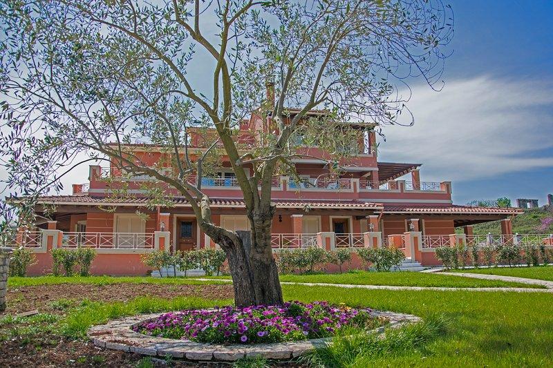 estate villa nadine high standard countryside retreate sleeps up to 14 guests,, aluguéis de temporada em Gouvia
