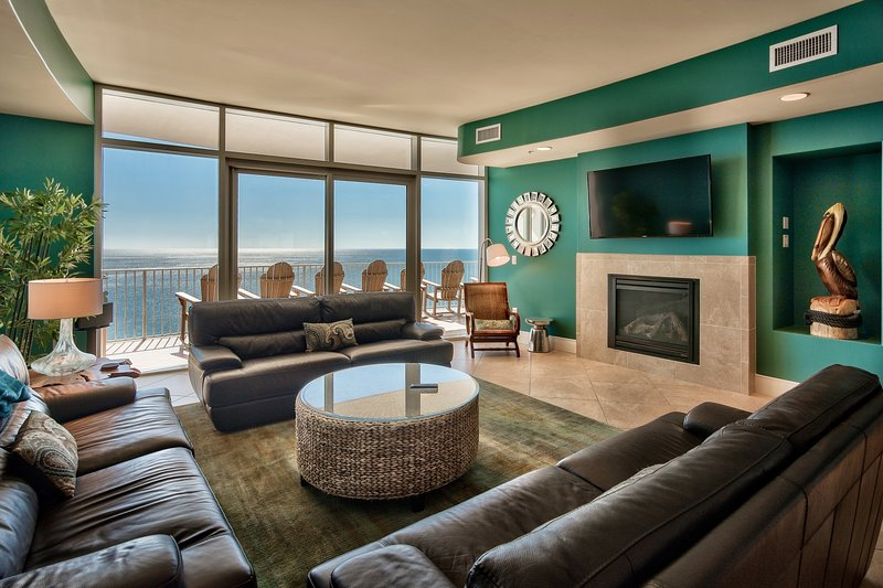 open and airy, room for everyone, GAS fireplace too! 60 inch wi-fi TV, SONOS wi-fi speakers