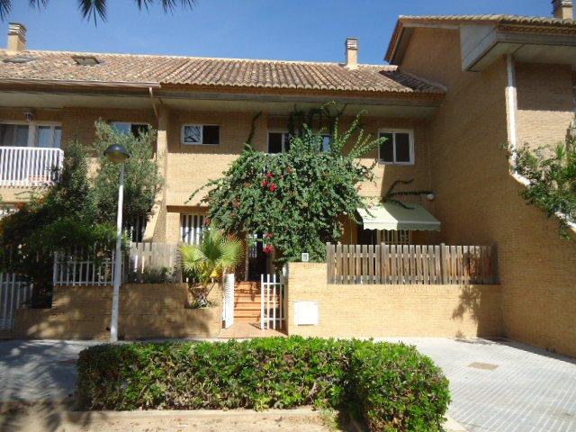 Casa adosada a 3 minutos andando de la playa y a 15 minutos en coche del centro, alquiler vacacional en Alboraya