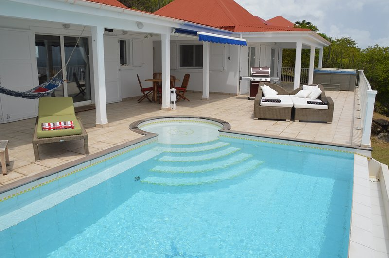 Super bekväma solstolar, uppvärmd pool och spa.