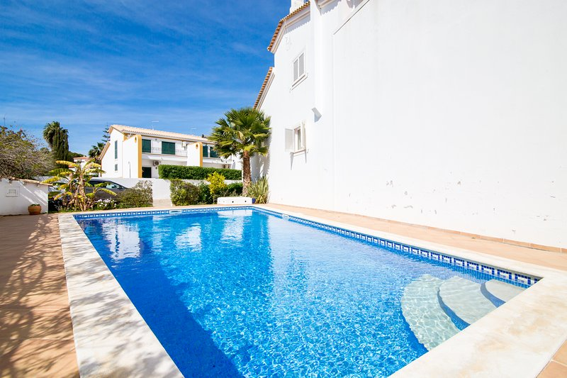 Casa Borboleta - 3 Bed Townhouse with wifi, pool & BBQ, holiday rental in Albufeira