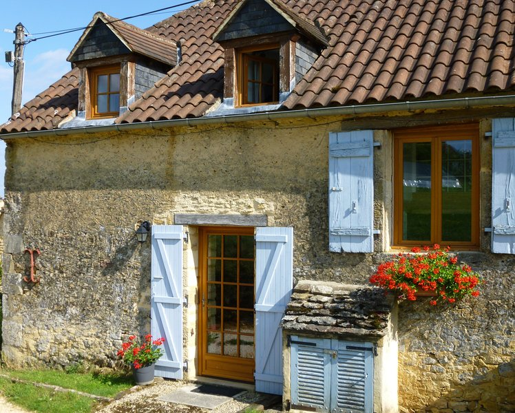 Pretty barn conversion, heated pool, views, large gardens, full of character., holiday rental in Prats-de-Carlux