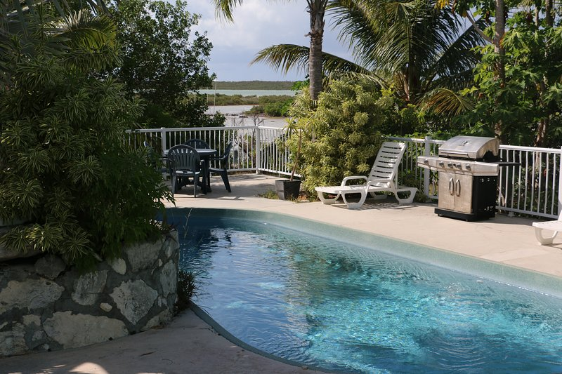 Villa Verde: 3 bedrooms  home on the water with pool!, holiday rental in Long Bay Beach