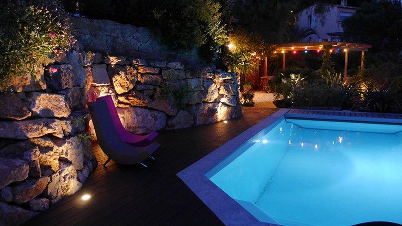 Gite T2 50m2-terrasse-vue mer-piscine plein sud-quart trés calme-haut Hyéres, aluguéis de temporada em Hyeres