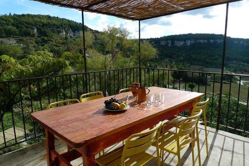 Maison de charme,Vue magnifique sur le Luberon,Terrasse et Jardins à Saignon, holiday rental in Castellet