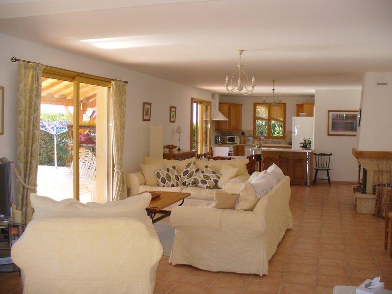 plano aberto espaçoso e confortável vivendo com piso radiante para os meses mais frios.