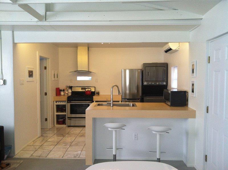 Plein studio avec cuisine inox, lave-linge / sèche-linge, sols en marbre