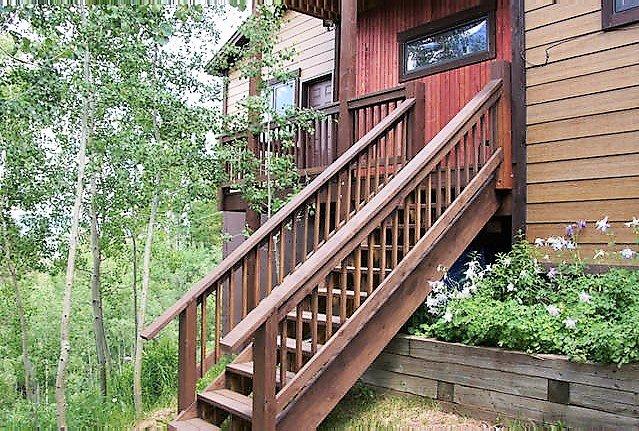 Hay un tramo de escaleras que conducen hasta el apartamento.